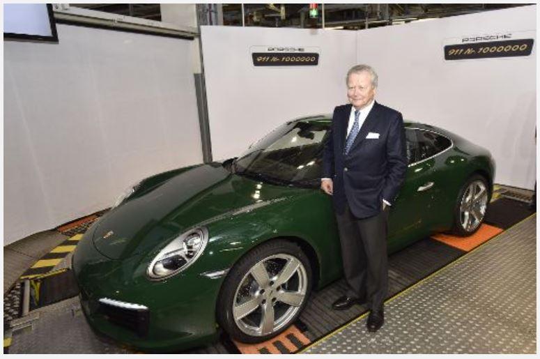 Der Aufsichtsratsvorsitzende vor dem millionsten Porsche 911.